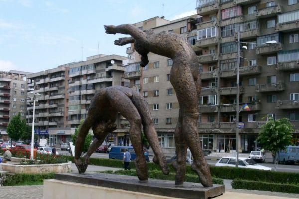 ansamblul-statuar-gimnaste-1D57D1B4D-1288-59CD-12C6-F7591FE513F0.jpg