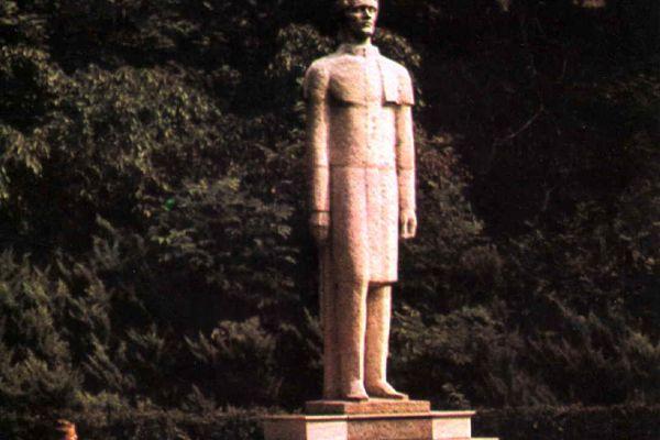 statuia-poetului-mihai-eminescu-2DFE88368-0E27-9350-F565-4B9F5DF70927.jpg