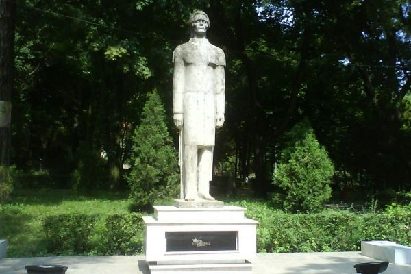 statuia-poetului-mihai-eminescu30944774B-13EA-BF21-5D2F-F62FA921D90A.jpg